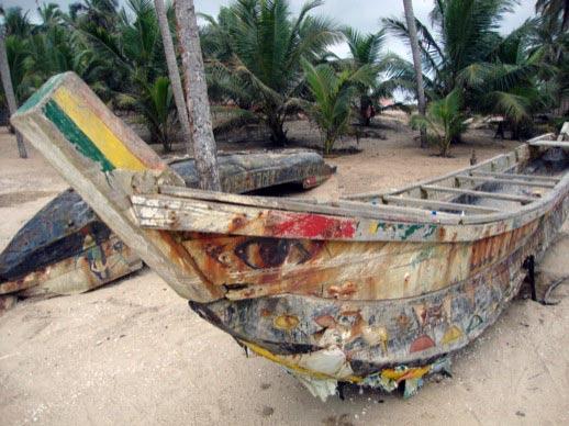 Verfallene Boote am Strand von Winneba