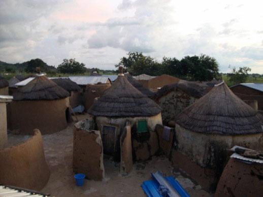 Das Dorf Gbeogo am frühen Abend