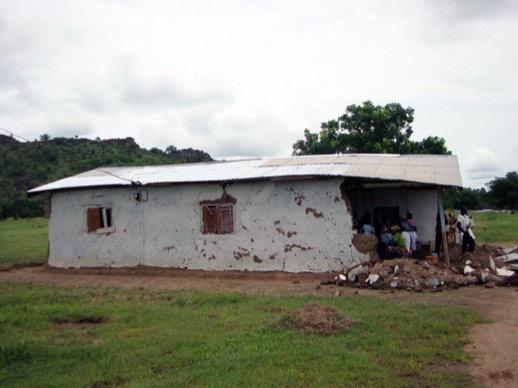 Eingestürzte Kirche von Gbeogo, in der allerdings immernoch der Gottesdienst abgehalten wird