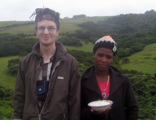Ich mit Tourguide und einer Schale gemeinschaftlich gemahlenem Mehl